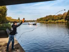 Magneetvisser vindt altijd wel iets geks in het Maas-Waalkanaal