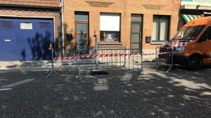 Wegverzakking in Dokter Haekstraat door breuk in riolering