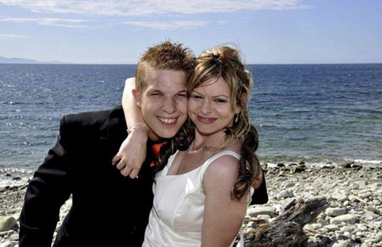 Ayley en zijn vrouw op de dag van hun bruiloft. De foto is door de familie aan persbureau AP gegeven. Beeld ap