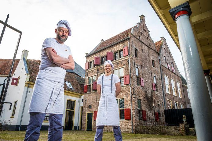 In januari poseerden directeur Fred Voskuil (links) en bakker Martijn voor het nieuw aangekochte Daendelshuis, waarmee het Bakkerijmuseum wordt uitgebreid. Toen was er nog geen corona-spatje aan de lucht.