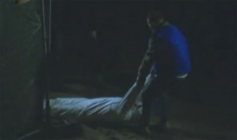 Alexandru C. toont hoe hij Sofie Muylle over het strand sleepte.