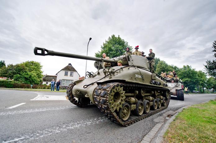 Foto ter illustratie - Keep them Rolling in Sint Isidorushoeve met rijdende jeeps, tanks en andere legervoertuigen.