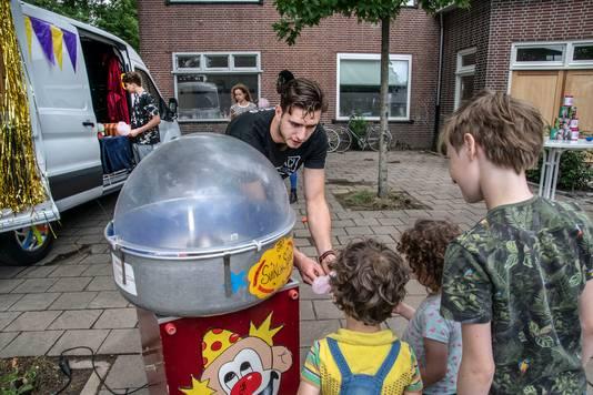 Eigenlijk voor studenten, maar de kinderen uit de buurt kregen ook een suikerspin.