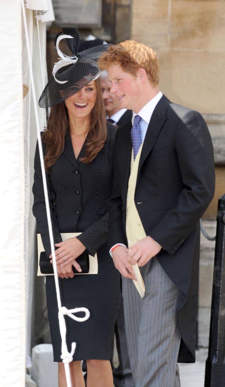 Kate met de hoed van Philip Somerville, samen met prins Harry