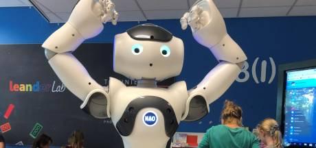 Dit is biebrobot Bibi. Hij (of zij) leert kinderen in Sint Anthonis programmeren