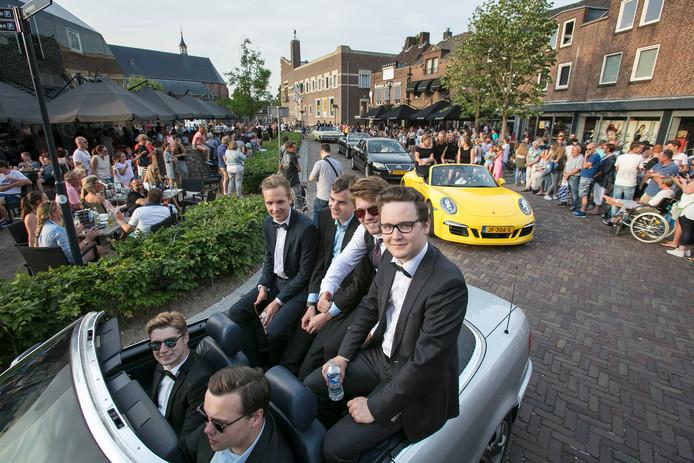 Eindexamenleerlingen van het Elde College rijden in hun mooiste kleding met de meest uiteenlopende voertuigen door het centrum van Schijndel op weg naar het Elde Gala.