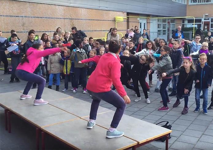 Basisschool De Stroming in Middelburg opent Kinderboekenweek 2016 met zang en dans op schoolplein.