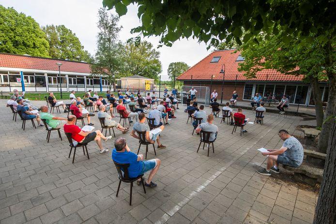 Voor het eerst in de clubhistorie werd de ledenvergadering van TVO gehouden in de openlucht: op het schoolplein.