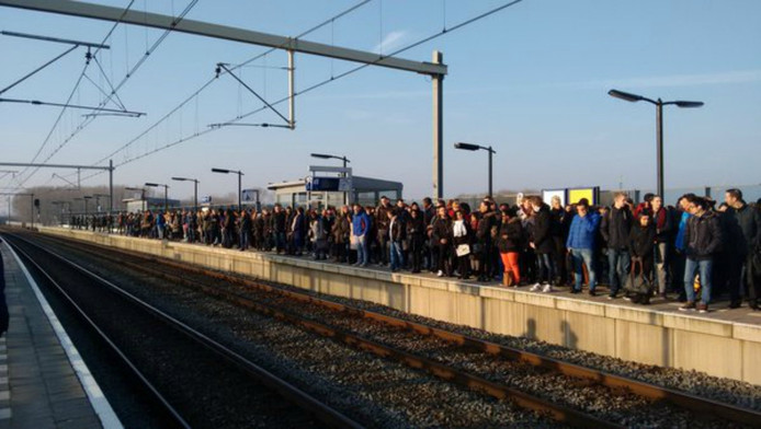De situatie op het perron op Almere Poort vanochtend