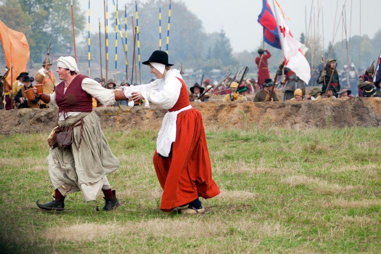 De 'Slag om Grolle', waarbij de Staatse troepen het Spaanse Leger verslaan, wordt nagespeeld door 1200 acteurs. Vrouwen rennen over het slagveld om de mannen te bevoorraden.  Beeld Herman Engbers