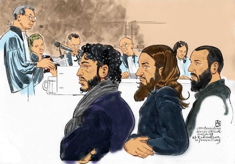 Rechtbanktekening van drie van de verdachten.