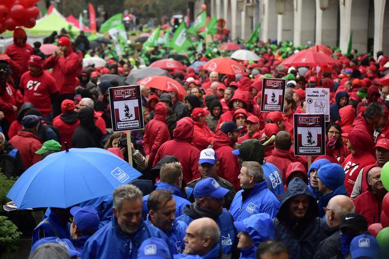 Betogers in de kleuren van de liberale, socialistische en christen-democratische vakbonden trekken door Brussel. De actie startte om 10.30 uur aan het Centraal Station.