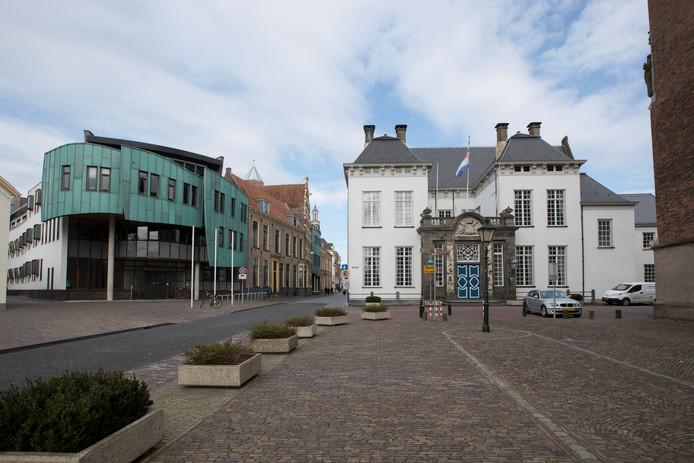 Het oude en nieuwe stadhuis van Zutphen aan het 's Gravenhof / Lange Hofstraat.