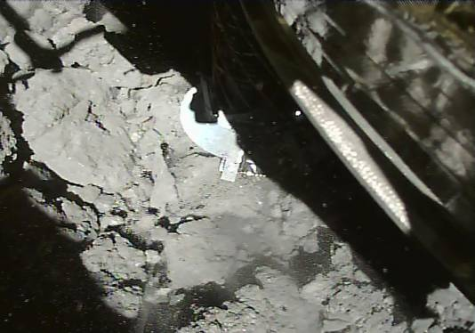 Het moment waarop Hayabusa2 op het oppervlak van de asteroïde landt en de monsters neemt.