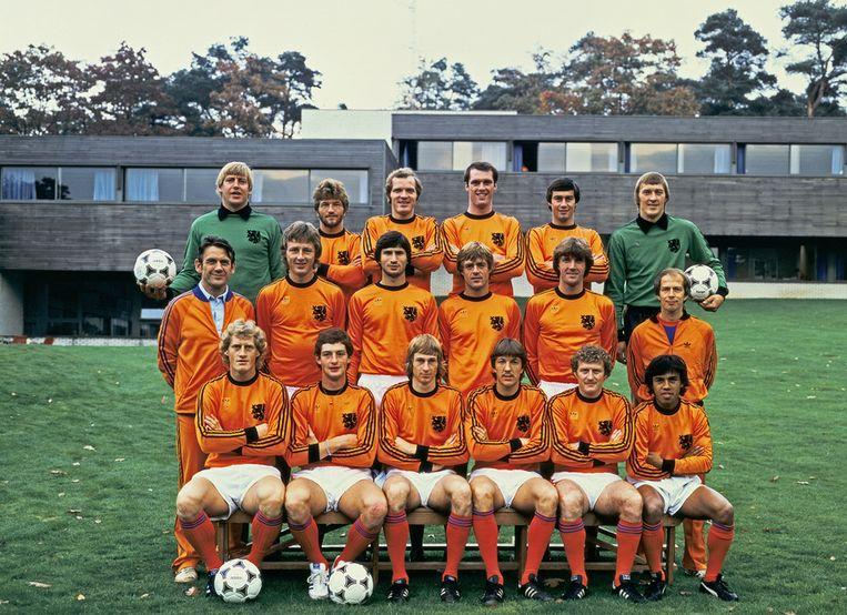 De selectie van het Nederlands elftal voor de EK-kwalificatiewedstrijd tegen Polen. Oktober 1979. Jan Zwartkruis staat in de middelste rij, geheel links. Beeld ANP