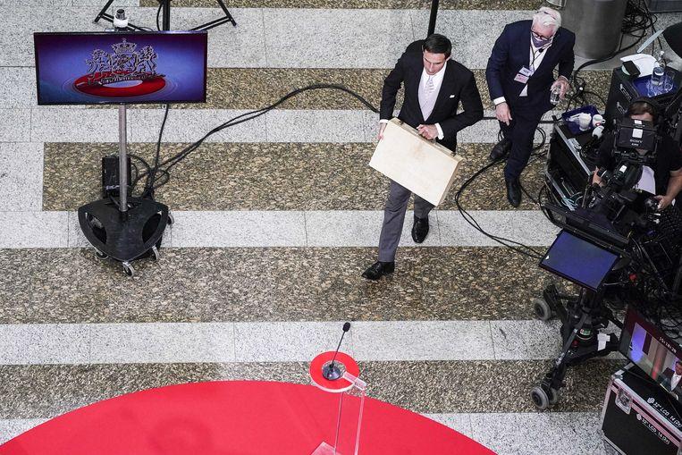 Minister Wopke Hoekstra arriveert met het koffertje met de rijksbegroting in de Tweede Kamer.  Beeld ANP