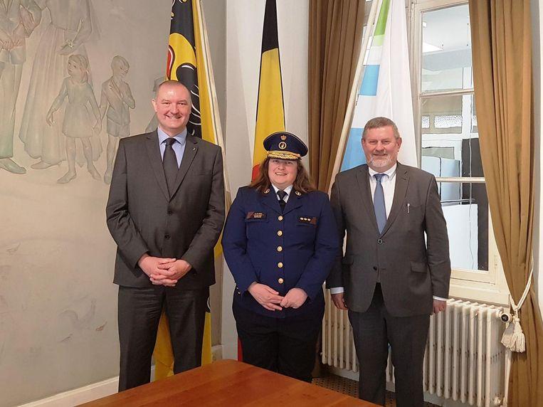 Maria De Sterck na haar eedaflegging met de twee burgemeesters uit haar politiezone.