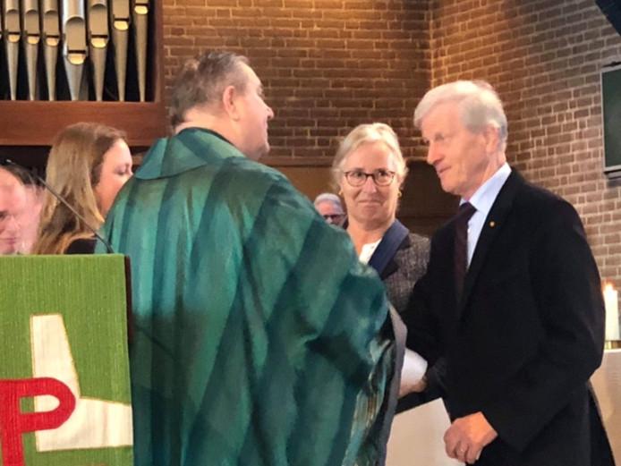 Clemens Nieuwenhuis ontvangt de onderscheiding van vicaris Cornelissen.