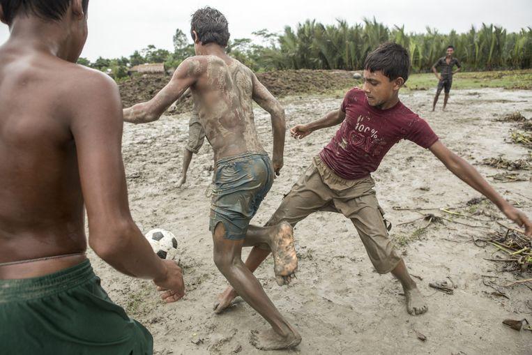 Voetballende jongens in Polder 31. Beeld Mike Roelofs