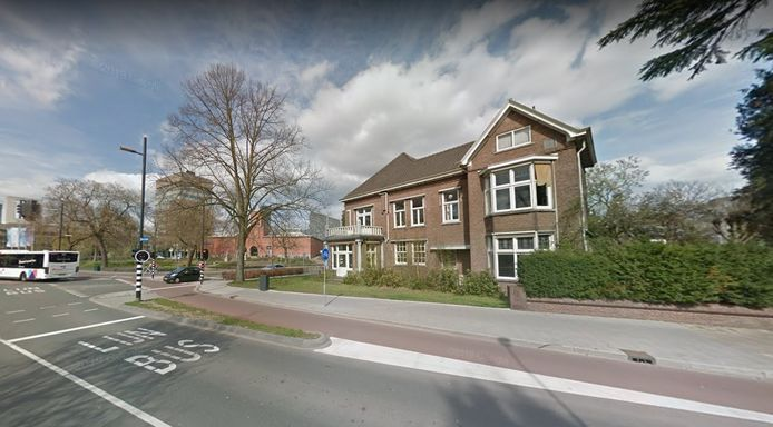 Het Albert van Abbehuis op de hoek Bilderdijklaan-PC Hooftlaan in Eindhoven met op de achtergrond het Van Abbemuseum. Het pand komt in de verkoop door de gemeente.