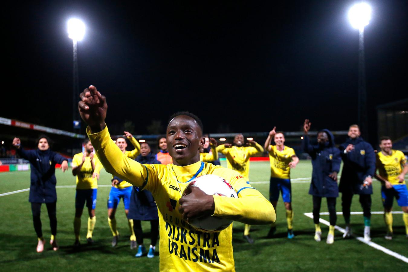 Issa Kallon viert het feestje na afloop met de Cambuur-fans.