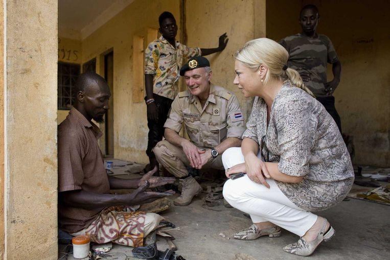 Minister van Defensie Jeanine Hennis-Plasschaart en Commandant der Strijdkrachten Tom Middendorp tijdens hun bezoek aan Kamp Castor. Beeld anp