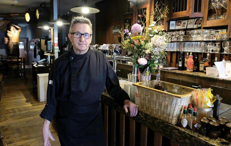 Willy Van Itterbeeck aan de toog van zijn Ankercafé.