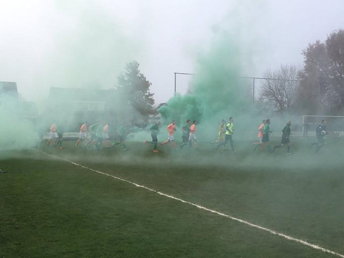 Vuurwerk bij de opkomst van beide elftallen. Foto: Mathé van Gerner