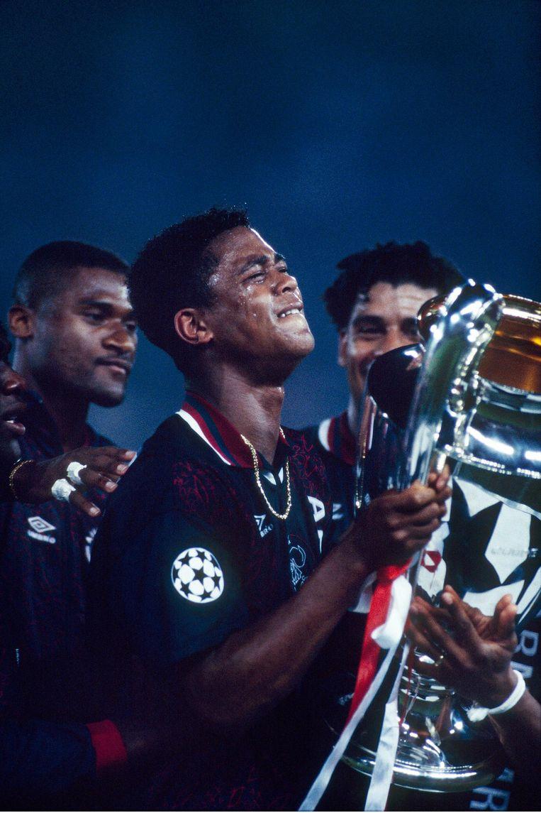 Patrick Kluivert en Winston Bogarde met de Europacup die Ajax in 1995 onder leiding van Van Gaal won. Beeld Guus Dubbelman / de Volkskrant