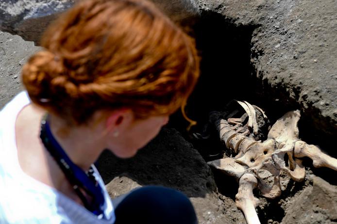 Archeologen vermoeden dat de man naar de uitbarsting keek toen hij werd geraakt door een stuk steen van 300 kilo en zijn hoofd verloor.