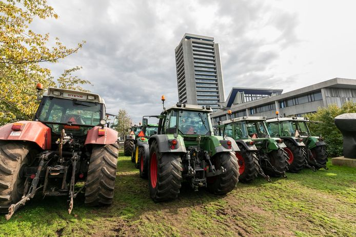 Tractoren voor het Bossche provinciehuis.