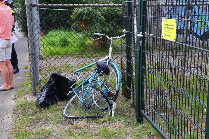 In stukken kwam de fiets onder de trein vandaan