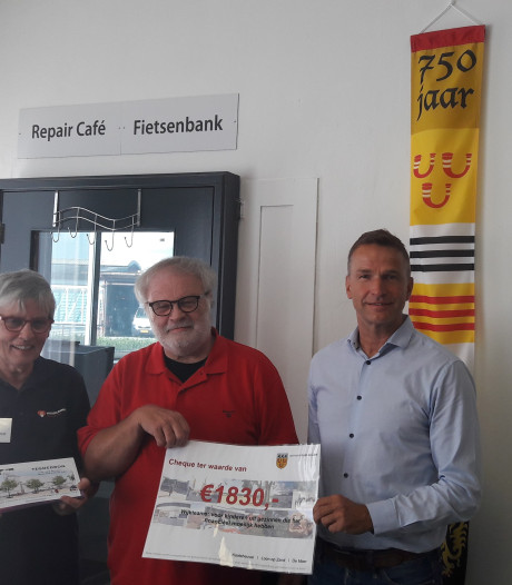Afscheidscadeaus wethouder Wil Ligtenberg voor  Loonse wijkteams en Voedselbank