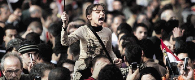 Ook jonge Egyptenaren scandeerden gisteren Irhal! Irhal!, Vertrek! Vertrek!, op het Tahrir-plein in Caïro. (FOTO AP) Beeld AP