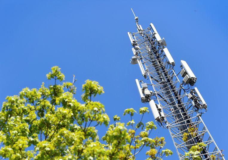 Een door brand beschadigde mast in Nuenen. Het gaat niet om een 5G-mast, maar een met 2G-, 3G-, en 4G-connectiviteit Beeld REUTERS