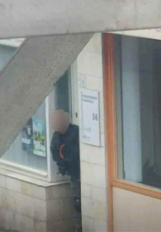 Is dit de man met het bomvest in Arnhem, voor de deur aan de Hommelseweg 56?