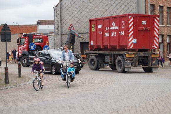 Het zwaar verkeer in Tielt blijft een pijnpunt. Aan de scholen in de Grote Hulststraat passeren nog altijd veel vrachtwagens