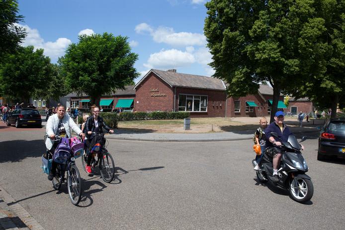 Ouders halen hun kinderen op bij school Hogenkamp.