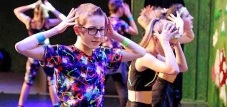 Veel jonge danseressen en drie dansers bij Showdansfestival Son en Breugel
