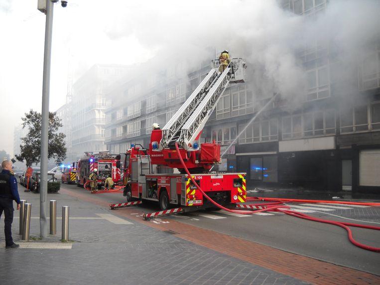 De brandweer ging het vuur vanop de ladderwagen te lijf.