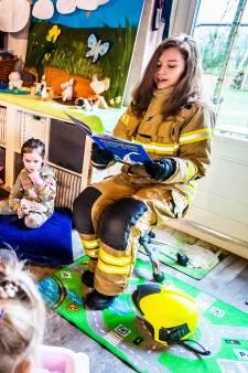 Brandweervrouw Miriam (21) leest de peuters voor tijdens het voorleesontbijt