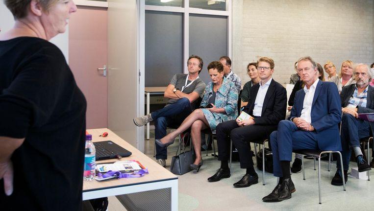 Staatssecretaris Dekker in de schoolbanken voor het lerarencongres. Beeld anp