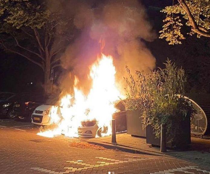 De auto's brandden volledig uit.