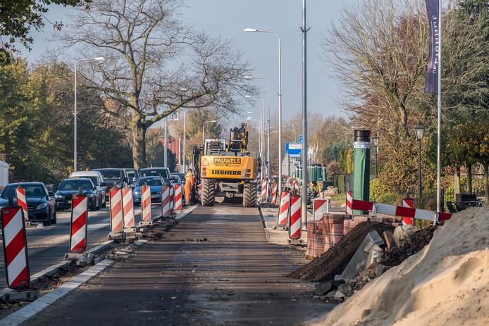 De N844 tussen Malden en Heumen gaat na maanden renovatie vrijdag a.s. weer open voor het verkeer. Nu was er tijdelijk maar een baan en werd het verkeer door de wijk geleid.