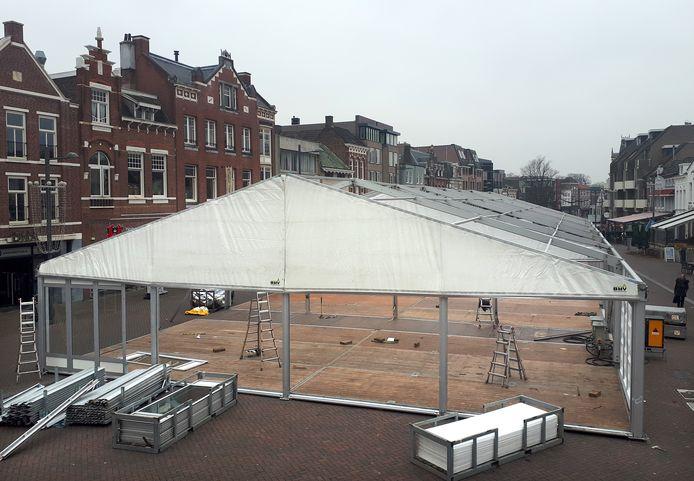 De opbouw van de ijsbaan, die voor het veertiende jaar in Roosendaal staat, is dinsdagmorgen begonnen. De laatste vijf jaar ligt de ijsbaan op de Markt.