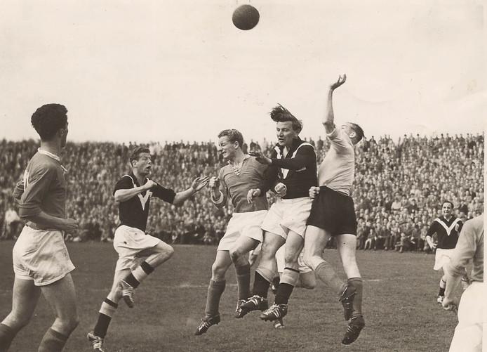 Wedstrijd Enschede - DFC 1-1 op 13 mei 1956. Piet Punt (3e van links), Abe lenstra en de doelman van DFC Wim van Vliet in een luchtgevecht. Geheel links Pim Willems, 2e van links Arnold Fröhling.