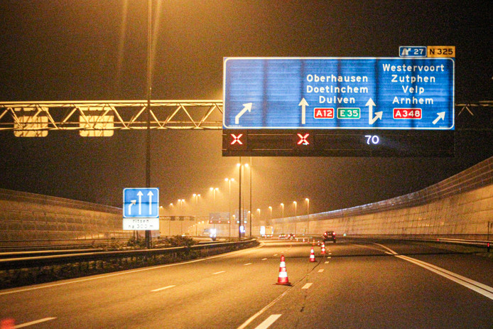 Er is 's avonds maar één rijstrook beschikbaar in verband met de voorbereidende werkzaamheden aan de IJsselbruggen van de A12 tussen Arnhem en Westervoort.