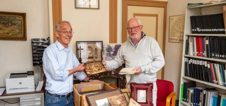 Fred Veldman geeft oude brieven aan stichting Heemkunde Denekamp