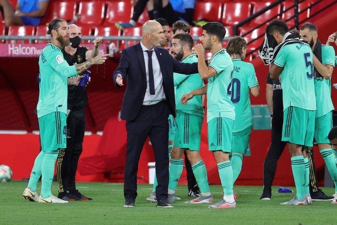 Real-coach Zinédine Zidane (m) geeft aanwijzingen tijdens het duel met Granada.