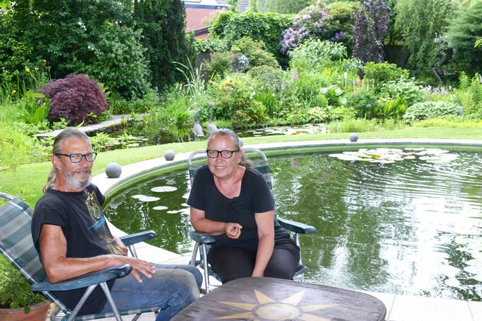 Joop en Yvonne de Blok bij één van de vijvers in hun tuin.